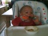 Mon doudou mange tout seul