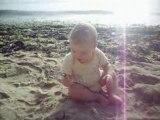 Mathias 13 mois a la plage