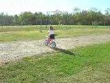 Célia qui fait du vélo sans roulette