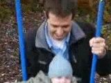 Eliott sur la balançoire avec papa