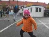 Laly qui danse sur la place de Ploegsteert