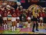 """Xuxa canta  com suas paquitas """"É Xuper, Hiper"""""""