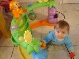 emma joue avec ses jouets de noel