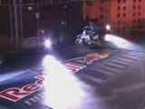 Robbie Maddison saute en moto sur le toit de l'arc 2 triomph
