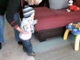 15.01.2009 mathis marche sans les mains avec mamie Sylvie