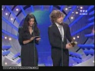 remise d'un awards par Jenifer