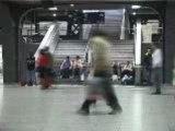 Petite fille en rouge dans le decors de la gare
