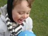 Nathoune au parc et son ballon