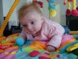 Manon sur son tapis d'éveil sur le ventre