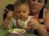 Gabriel essaie de manger tout seul a 16 mois et demie