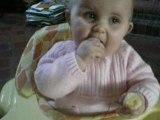 élina mange sa banane!