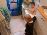 Ewen rend visite à son frère pendant son bain