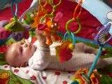 5 mars 2009 Nathan joue sur son tapis d'éveil!