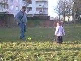 Clara et son papa qui joue au foot