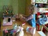 Vidéo filles jouent barbies