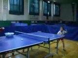 Petite fille de 6 ans qui joue au ping pong