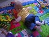 Jules se retourne du dos sur le ventre