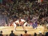 Duel entre le Yokozuna de l'Ouest Asashoryu et l'Okezi de l'