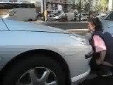 la dame qui pisse dans la rue