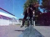 Chute monocycle Angelianne au skate park sur une barre