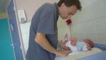 papa change bébé pour la première fois