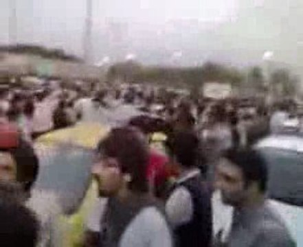 Crowd chanting Marg Bar Jomhuri Eslami in Tehran